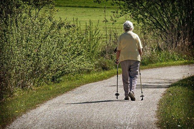 důchodkyně na procházce