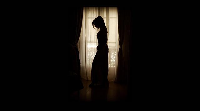 silueta ženy v okně