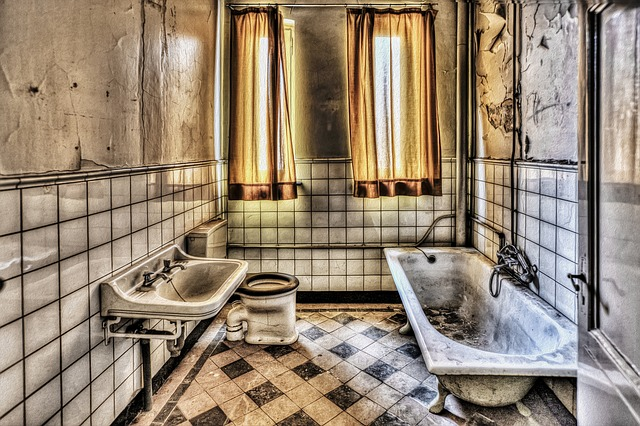 stará vlhká koupelna