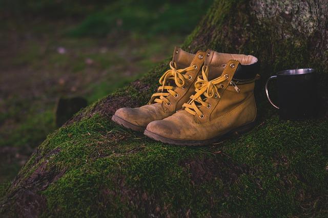 kožené boty v lese