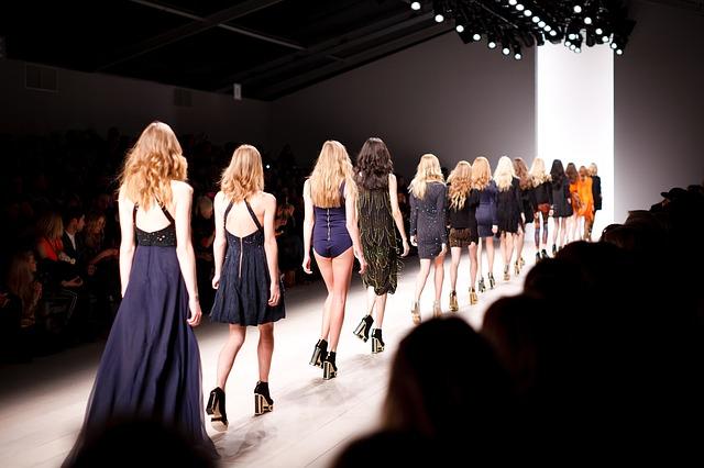 modelky v elegantních šatech
