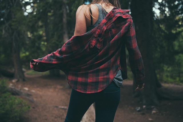 dívka v košili v lese