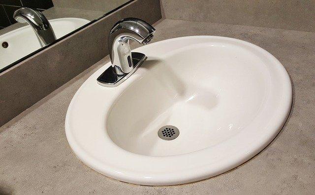 umyvadlo v koupelně