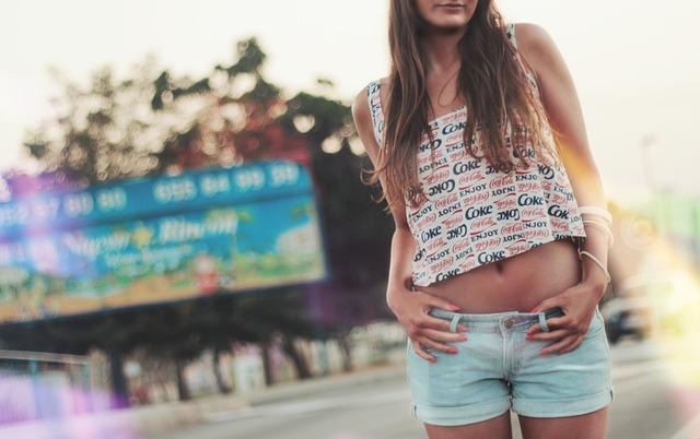 dívka v krátkých šortkách