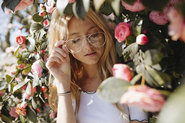 děvče s brýlemi