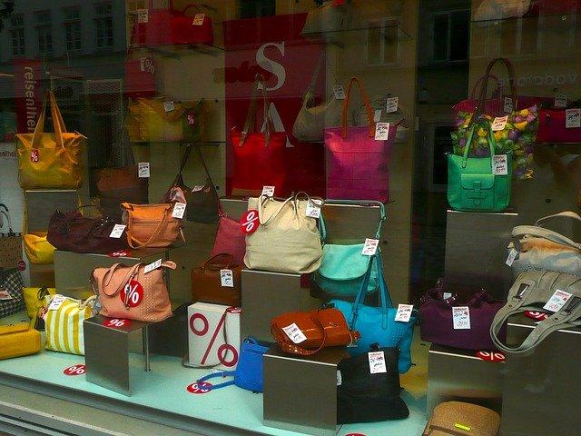 kabelky ve výloze