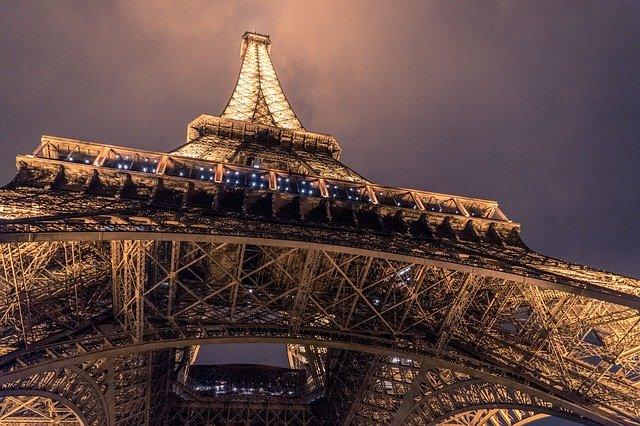 osvětlená eiffelova věž.jpg