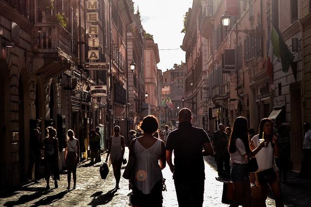 plná ulice lidí.jpg