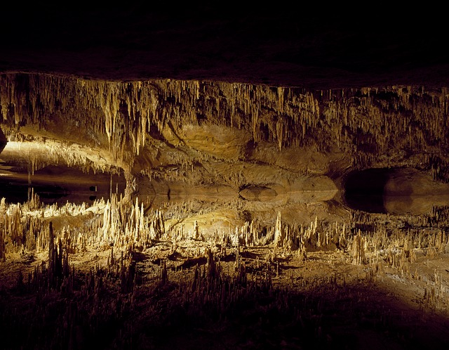 světlo v jeskyni