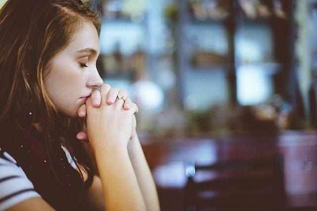 dívka při modlení
