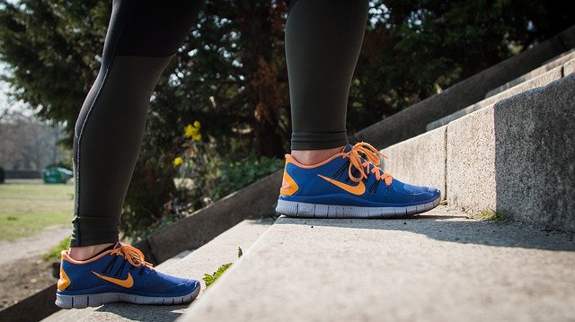 Ženské nohy obuté ve sportovní obuvi běžící do schodů.jpg