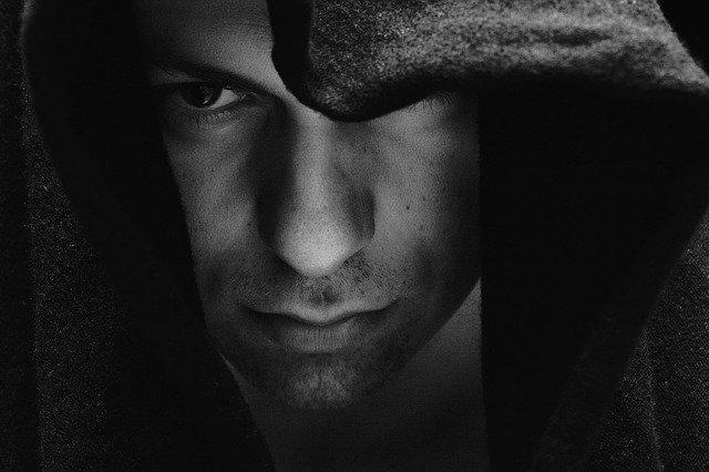muž v kapuci