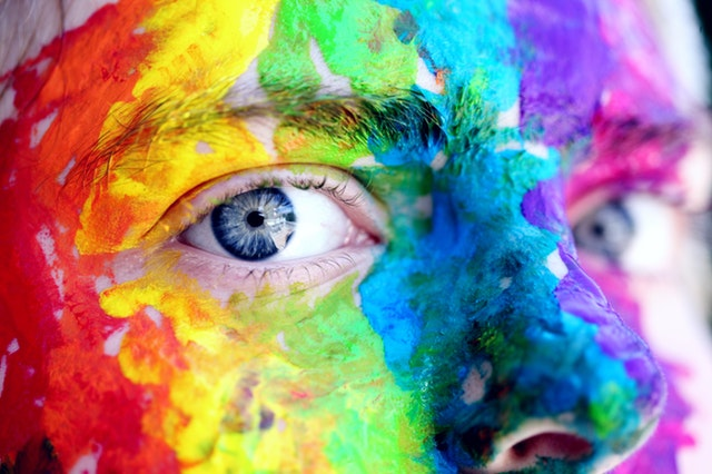 barvami pomalovaná tvář