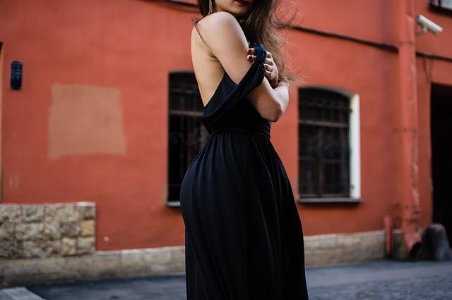 žena v šatech