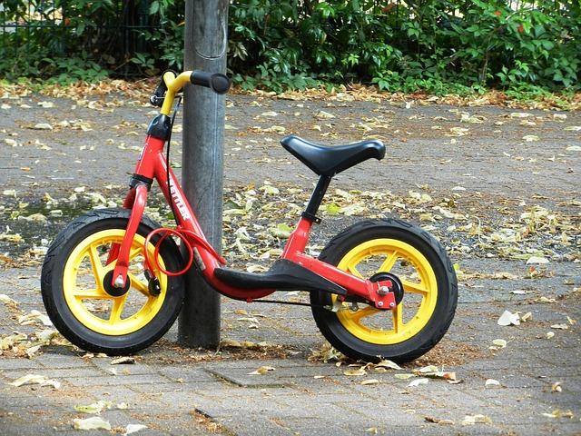 dětské kolo opřené o strom