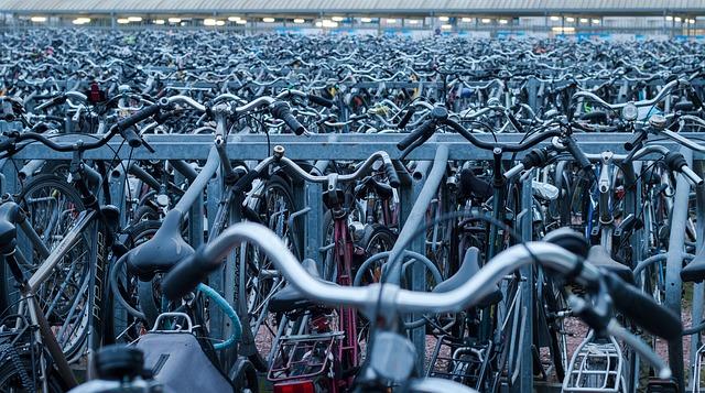 mnoho zaparkovaných jízdních kol