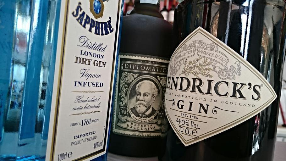láhve rumu