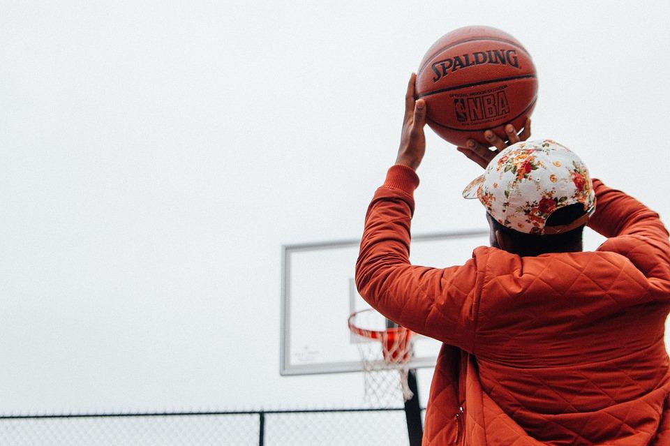 muž hrající basket